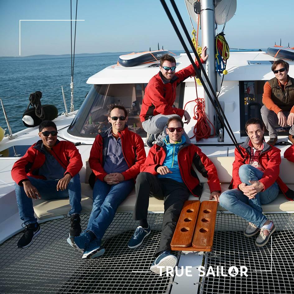 Photo équipe à l'avant d'un voilier