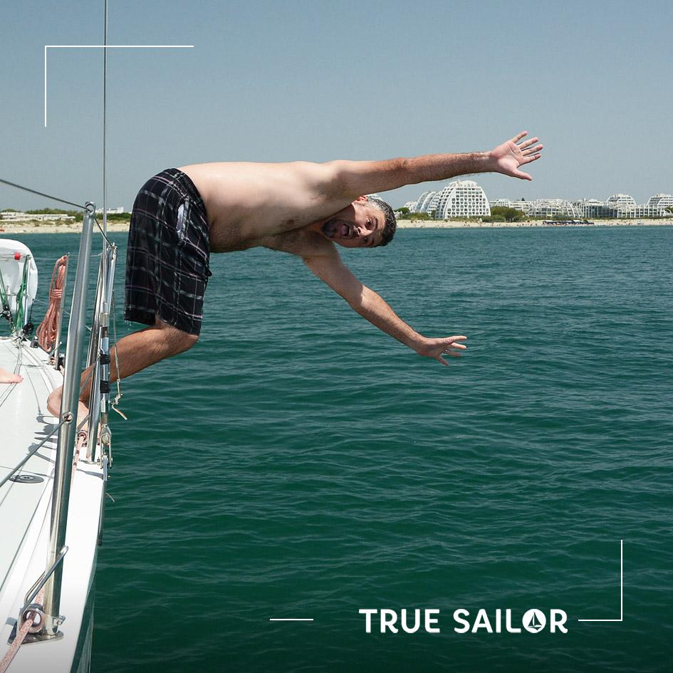 Photo originale sauter d'un voilier en méditerranée