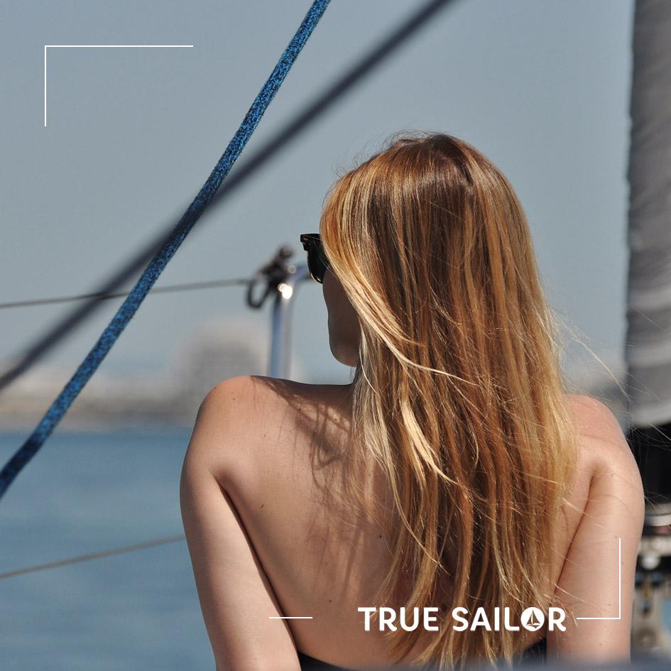 Photo voilier femme glamour cheveux au vent