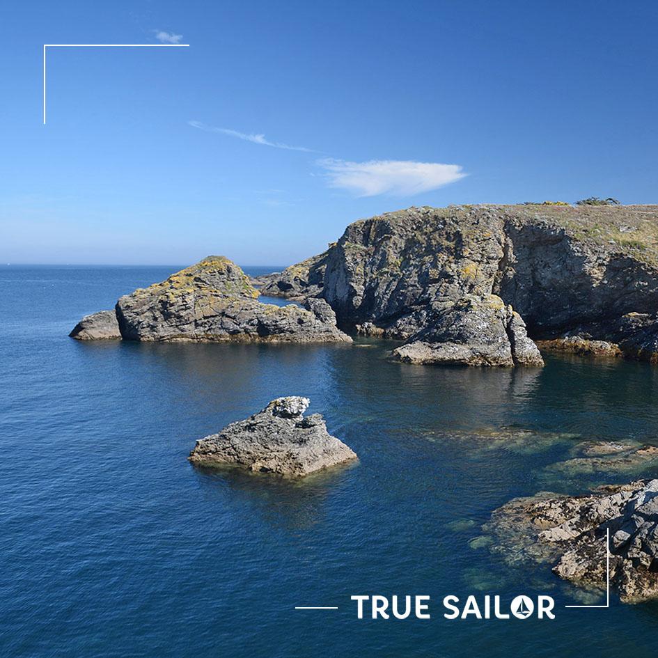 Bretagne et ses rochers avec un ciel bleu