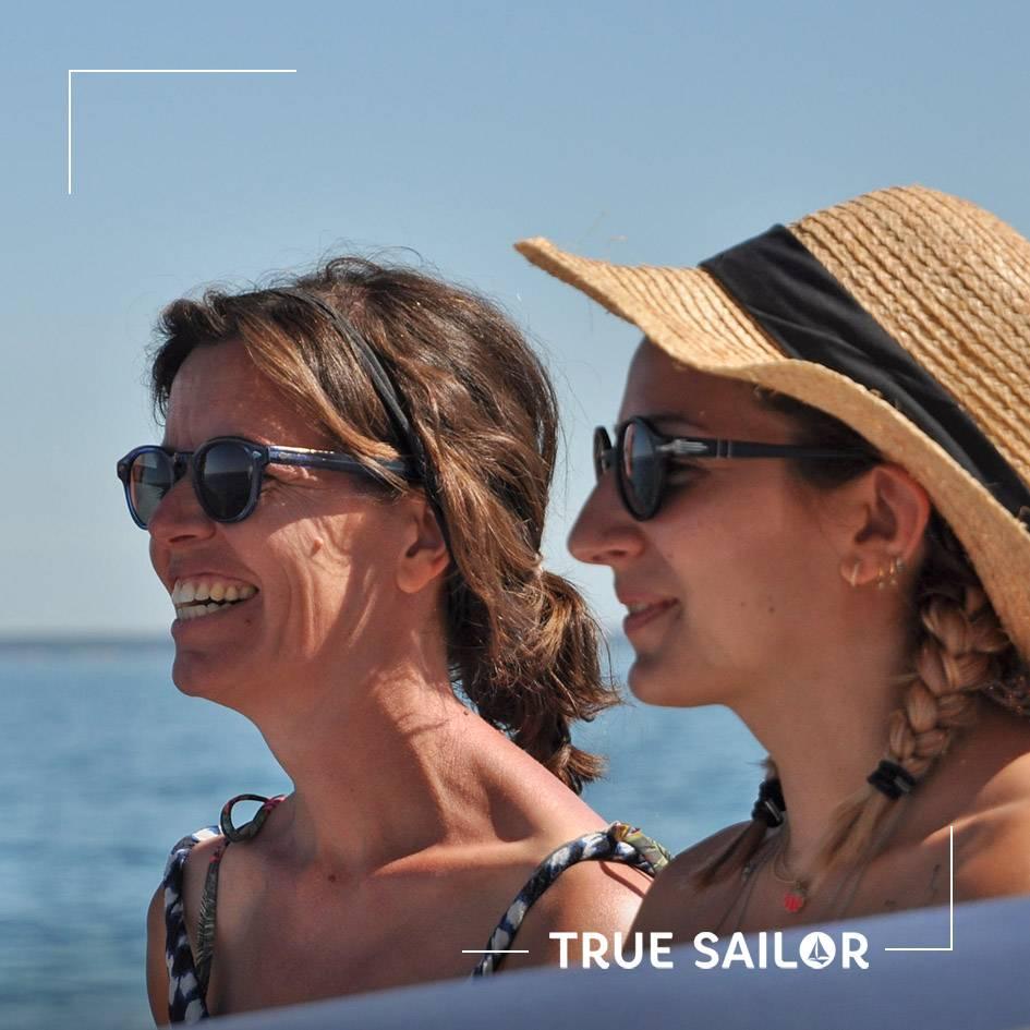 Portrait de deux femmes lors d'un séminaire en mer