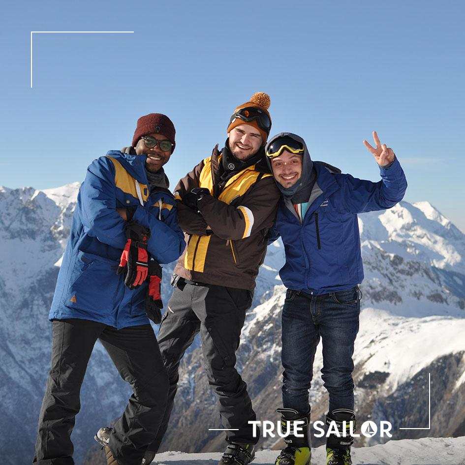 Photo d'équipe à la montagne lors d'un séminaire