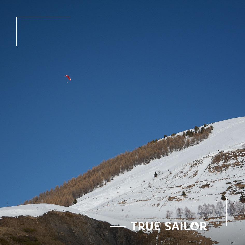 Activité de séminaire à la neige parapente ciel bleu
