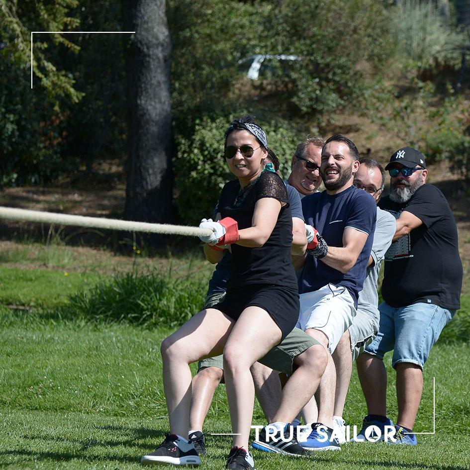 Séminaire d'équipe jeu tirer la corde