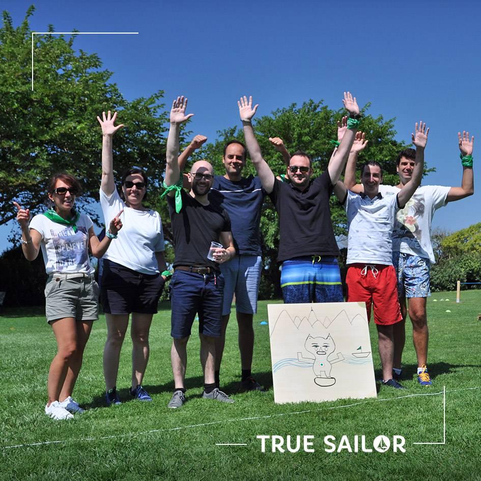 Portrait équipe avec leur totem bateau
