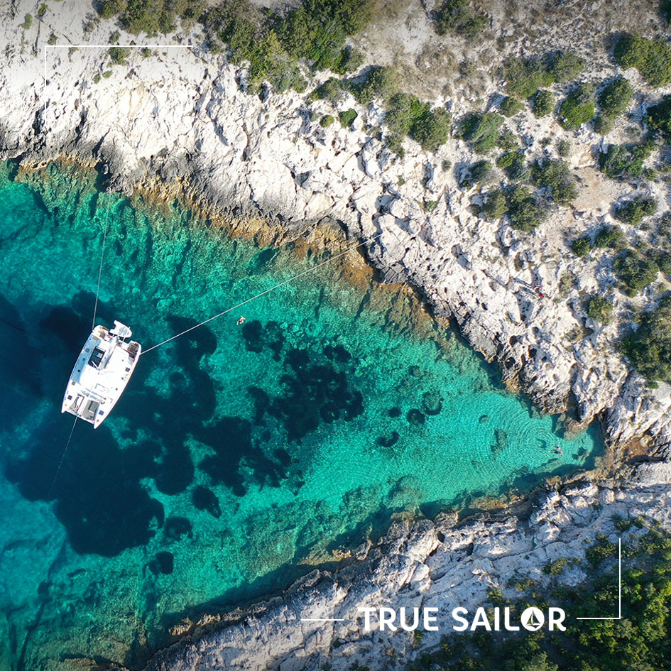 Photo catamaran voilier en drone mouillage