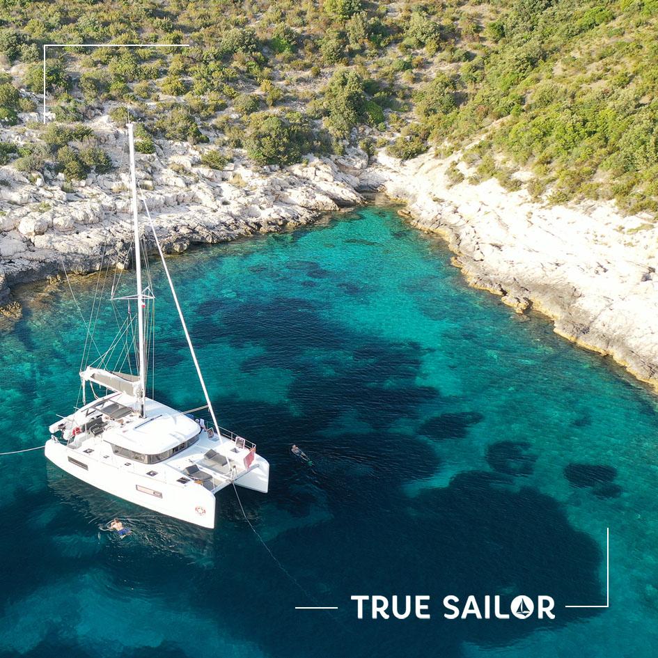 Photo rapprochée catamaran voilier en drone